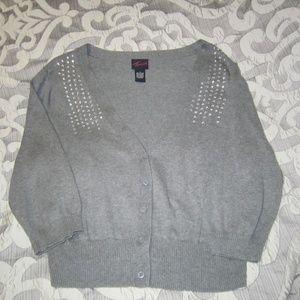 Grey short buttoned 3/4 sleeve cardigan